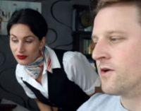 Стюардесса на удаленке: сеть насмешило видео, которое сняли бортпроводница и ее муж